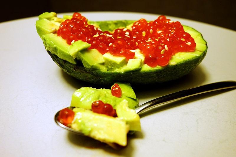 Салат с красной икрой и авокадо - рецепт
