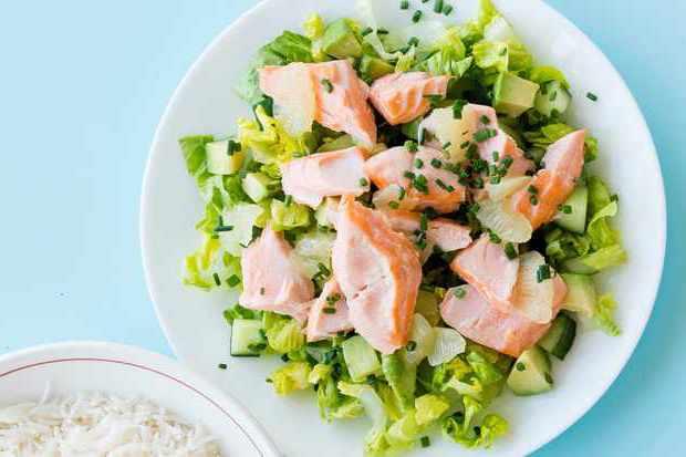 Салат из копченой рыбы и авокадо