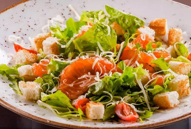Салат из сёмги с сухариками - рецепт