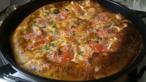 Рецепт омлета с слабосолёной сёмгой и помидорами