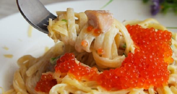 Паста с форелью и красной икрой в сливочном соусе