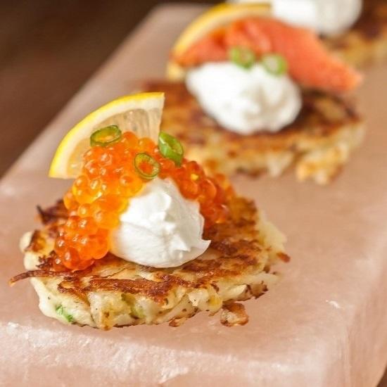 Яйцо-пашот с лососем и красной икрой на драниках