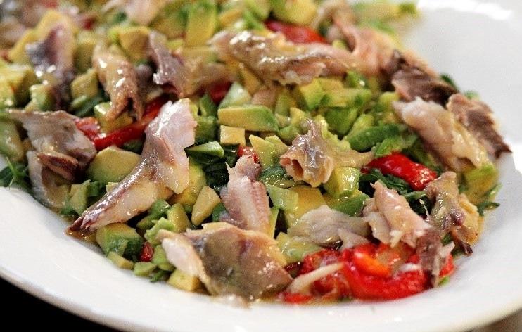 Салат из осетрины горячего копчения
