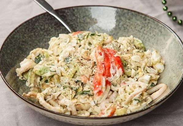 Салат с крабовым мясом, кальмаром и авокадо